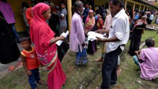 Cartório civil no estado de Assam, onde fila de cidadãos esperam para obter seus documentos de identidade.