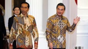Tổng thống Indonesia Joko Widodo và Ngoại trưởng Trung Quốc Vương Nghị tại Jakarta, 03/11/2014.