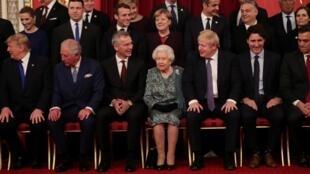 Les dirigeants des pays de l'Otan, le secrétaire général de l'Alliance, Jens Stoltenberg, et la reine Elizabeth II, à Buckingham Palace, le 3 décembre 2019.
