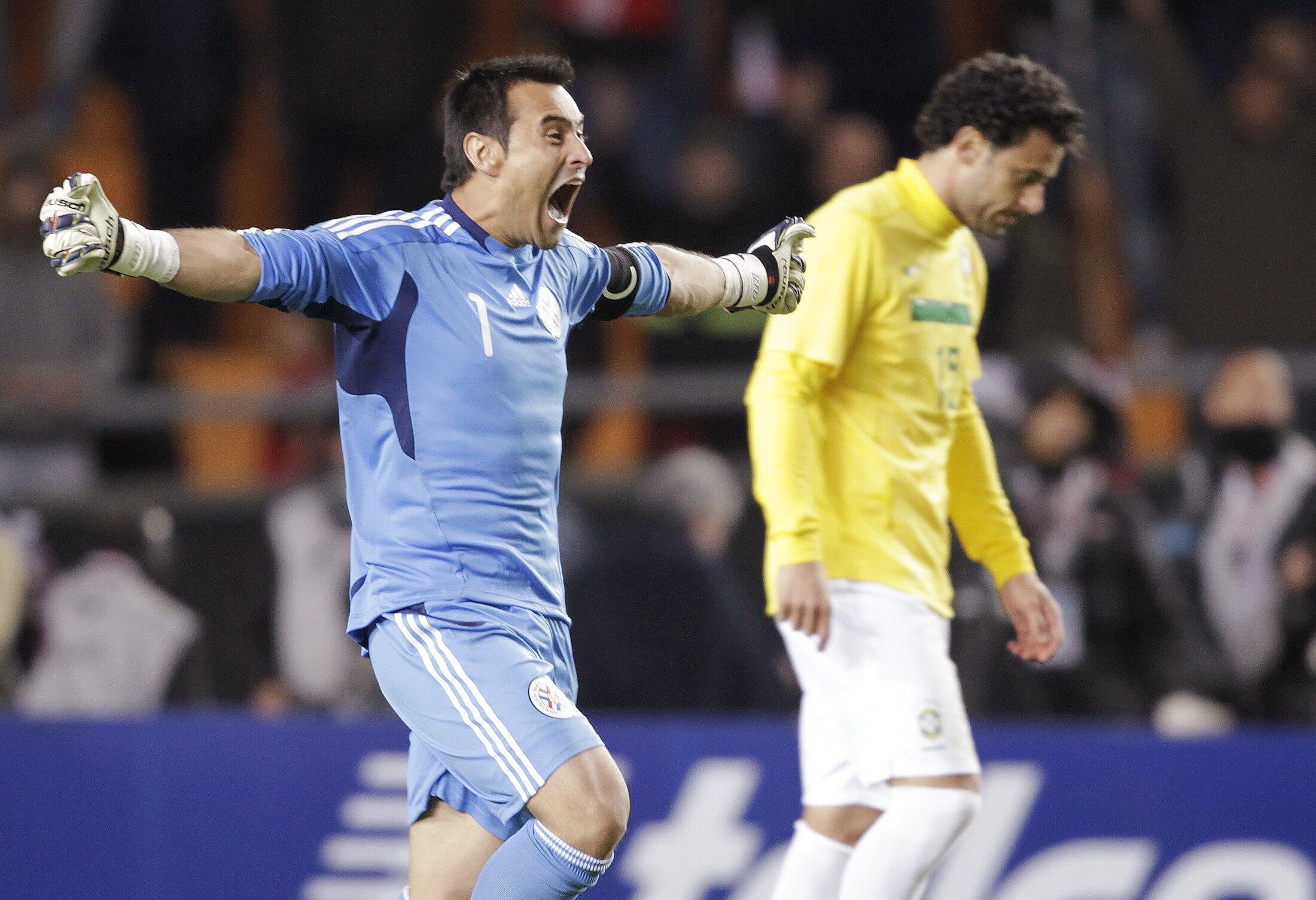 O goleiro paraguaio, Justo Villar, comemora a vitória contra o Brasil neste domingo (17/07/2011) na Copa América, em La Plata.