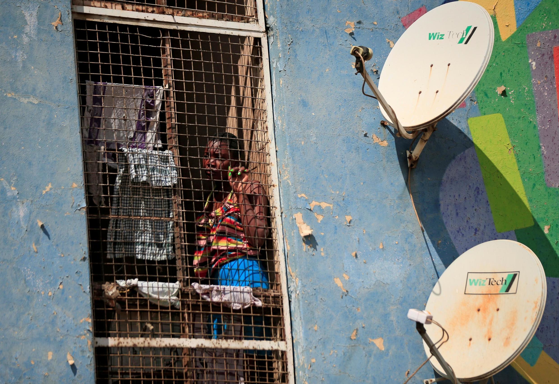Une femme confinée dans son logement à Harare, au Zimbabwe, le 30 mars 2020.