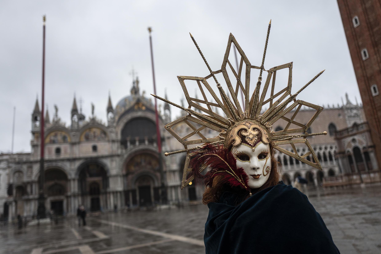 Un artesano veneciano con máscara y disfraz en la plaza de San Marcos, en Venecia, Italia, el 7 de febrero de 2021