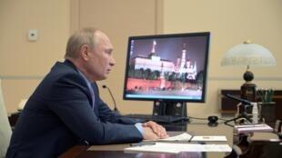 ولادیمیر پوتین، رئیس جمهوری روسیه، در دفتر کار خود در کاخ کرملین