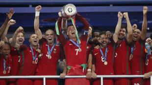 Cristiano Ronaldo, capitão de Portugal, levantou o troféu de Campeão da Europa.