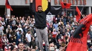 Des milliers de supporters du parti Vetevendosje se sont rassemblés dans les rues de Pristina pour protester contre la formation du nouveau gouvernement.