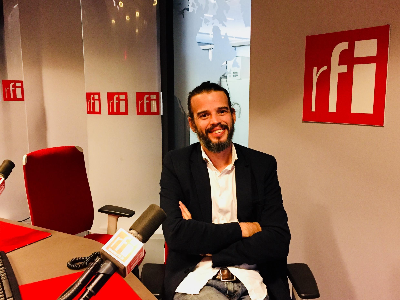 Nhiếp ảnh gia Mathieu Asselin tại phòng thu của RFI.