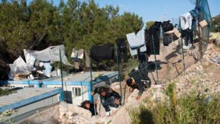 Des migrants tunisiens s'échappent du centre d'hébergement provisoire de Lampedusa en Italie.
