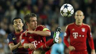 Le défenseur allemand Philipp Lahm contient l'attaquant espagnol Pedro Rodriguez.