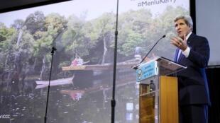 克里在印尼對大學生髮表演說,呼籲國際社會努力對抗氣候變遷 2014年2月16日雅加達