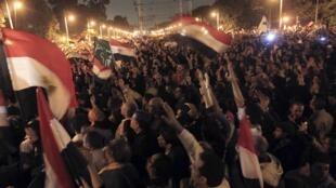 Opositores egípcios protestam diante do palácio presidencial.