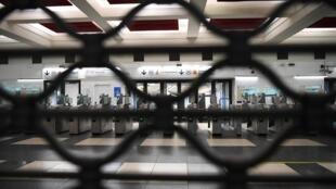 Varias estaciones de metro están cerradas en París.