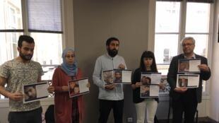 Des Syriens arborant les photos de leurs proches disparus, ce mardi 14 mai à Paris.