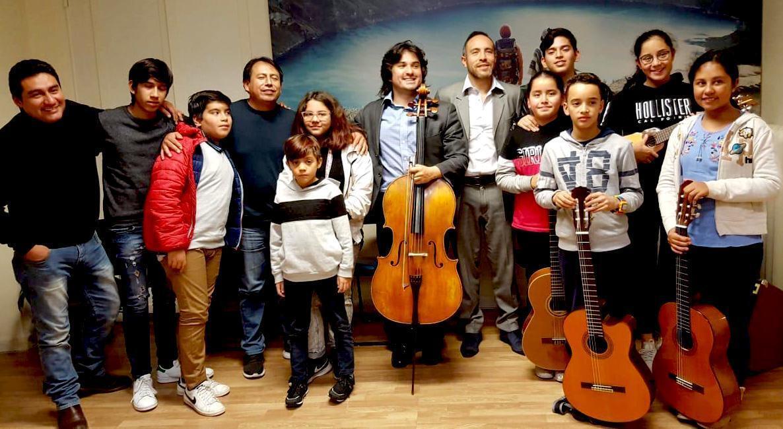 El maestro Diego Carneiro con algunos de los músicos de la Orquesta Joven del Ecuador, en Roma.