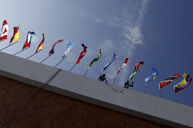 Las banderas de los países latinoamericanos flotan durante la Cumbre de las Américas realizada en abril en la ciudad de Panamá en 2015.