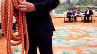 Nhân viên an ninh lập hàng rào chặn báo chí tiếp cận cuộc hội đàm giữa cố vấn an ninh Mỹ Susan Rice và chủ tịch Trung Quốc Tập Cận Bình tại Bắc Kinh, 25/07/2016.