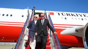 Shugaban Turkiyya Tayyip Erdogan, tare da mai dakinsa Emine Erdogan, yayin da suka sauka a birnin Washington don ganawa da shugaban Amurka Donald Trump.