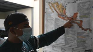 El hondureño Henry Echeverría, de 33 años,  señala un mapa durante su estadía en la Casa del Migrante donde permanece antes de regresar a su país, en Ciudad de Guatemala, el 5 de junio de 2021