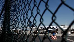Des Airbus de la compagnie Aigle Azur bloqués sur le tarmac de l'aéroport d'Orly le 6 septembre 2019.