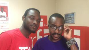 En t-shirt rouge, Samuel Suffren, accompagné de Guy Regis Junior.