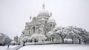 Nhà thờ Thánh Tâm trên đỉnh đồi Montmartre khi trời Paris đổ tuyết trắng xóa (DR)
