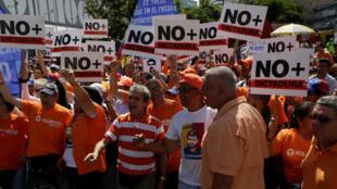Militantes da oposição manifestam contra o Presidente Nicolas Maduro, em Caracas a 1/04/2017