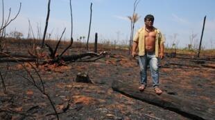 Un líder indígena en medio de tierras quemadas, en el estado de Mato Grosso, el 28 de agosto de 2019.