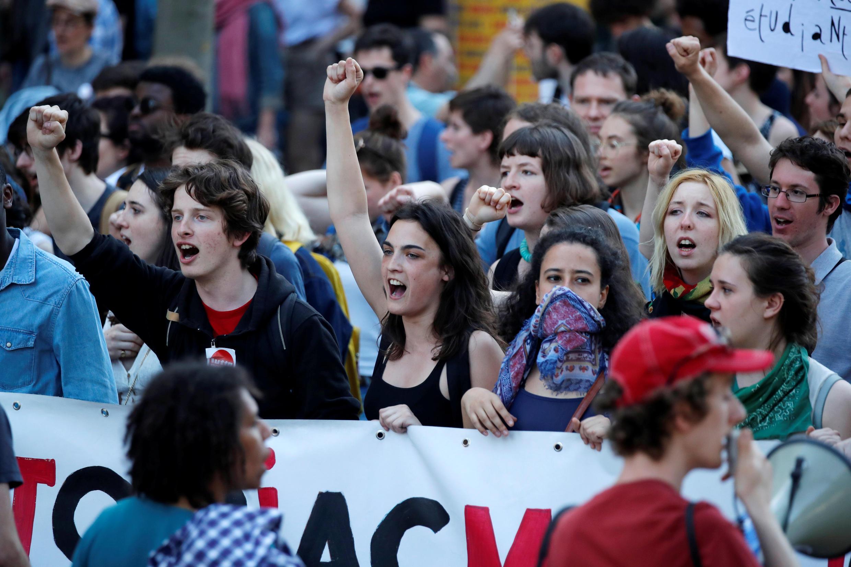 Universitários protestam contra a reforma educacional de Macron, em Paris.