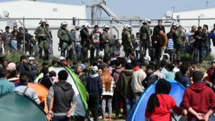 Мигранты в лагере греческого города Диавата, 4 апреля 2019 года