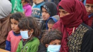 Sirios utilizam mascaras de proteção em campos de refugiados