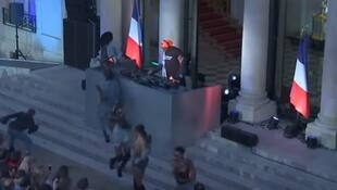 DJ Kiddy Smile and dancers play music during the 'Fete de la Musique', the music day celebration in the courtyard of the Elysee Presidential Palace, in Paris on June 2018.