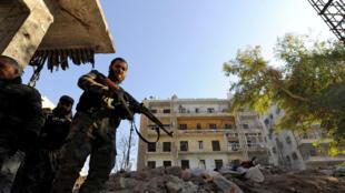 Soldados do exército sírio nas ruas destruídas de Aleppo.