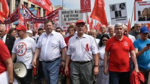 Lãnh đạo đảng Cộng sản Nga Gennady Zyuganov (giữa hàng đầu) tham gia biểu tình chống cải cách hưu trí, Matxcơva ngày 28/07/2018.
