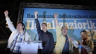 El secretario General de Eusko Alkartasuna Pello Uriza, el coordinador de Alternatiba Oskar Matute y el candidato independiente Martin Garitano, representantes de la Alianza Nacionalista Vasca Bildu celebran  la decisión del Tribunal Constitucional español
