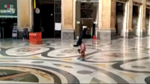 Une vidéo publiée par La Repubblica sur Facebook montre la jeune fille danser Galerie Umberto, à Naples