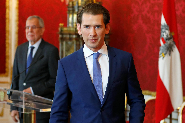Президент Австрии Александр Ван дер Беллен (на заднем плане) и канцлер Себастьян Курц обсудили дату проведения новых выборов. Вена. 19 мая 2019