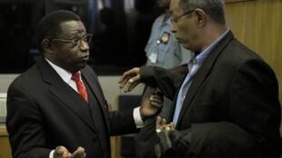 Arusha (Tanzanie). L'ex-colonel de l'armée rwandaise Theoneste Bagosora (à g.) discute avec l'un de ses avocats, au Tribunal pénal international pour le Rwanda.