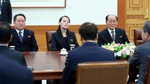 Le président sud-coréen Moon Jae-in en discussion avec Kim Yong-nam, le chef d'Etat protocolaire du régime nord-coréen (d.) et Kim Yo-jong, la soeur de Kim Jong-un (c.), à Séoul, le 10 février 2018.