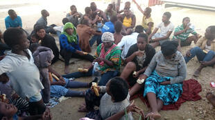 Migrantes salvos pela guarda-costeira líbia após naufrágio na costa leste de Tripoli