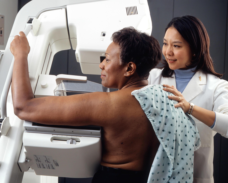 No Brasil, mulheres a partir dos 40 anos podem realizar gratuitamente a mamografia pelo Sistema Unico de Saúde (SUS).