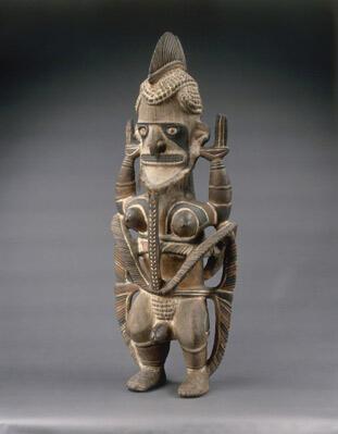 """Le corps d'Uli, statue hermaphrodite, entouré d'une """"barre de récif"""" (Province de New Ireland, Océanie, 18è-19è s.)"""