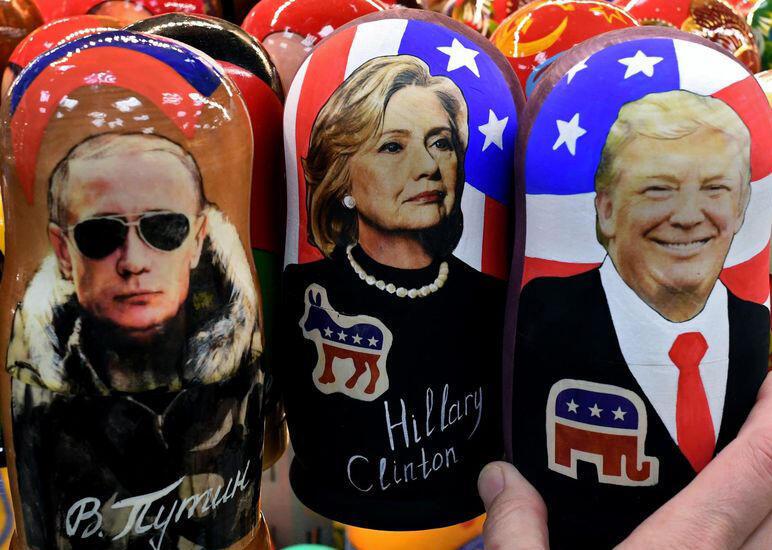 عروسکهای روسی مزین به تصاویر دونالد ترامپ، هیلاری کلینتن و ولادیمیر پوتین که در ماه نوامبر ٢٠۱۶ در جریان مبارزات انتخابات ریاست جمهوری آمریکا، در مسکو به نمایش گذاشته شده بود.
