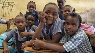 Des enfants dans une classe en Haïti.