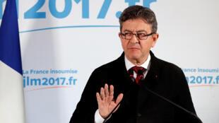 """Глава движения """"Непокорная Франция"""" Жан-Люк Меланштон выступает перед своими сторонниками после объявления итогов первого тура выборов, 23 апреля 2017 г."""