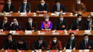 Unos delegados esperan el comienzo de la sesión de clausura del Congreso Nacional del Pueblo el 28 de mayo de 2020 en Pekín