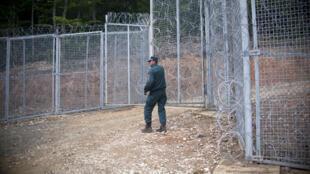 Un policier de la police des frontières de Bulgarie surveille la frontière avec la Turquie, près de la ville de Malko Tarnovo, le 22 mai 2016.