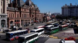 Los precios del transporte público se duplican en la metrópolis de Buenos Aires.