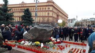 Người dân Matxcơva tưởng niệm các nạn nhân của chế độ Stalin. Ảnh ngày 29/10/2018.