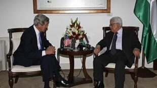 Palestinian President Mahmoud Abbas (R) meets with US Secretary of State John Kerry in the West Bank city of Ramallah