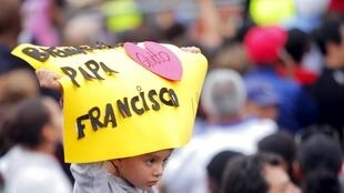 Une fillette dans la foule accueillant le pape François, ce dimanche 5 juillet à Quito, en Equateur.