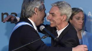 El presidente de Argentina, Alberto Fernández (I), se abraza con el ministro de Transportes, Mario Meoni, el 10 de diciembre de 2019 en Buenos Aires